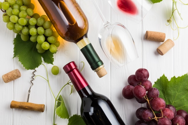 Arranjo de vinho branco e tinto Foto gratuita