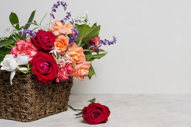 Arranjo de vista frontal de rosas bonitas Foto gratuita