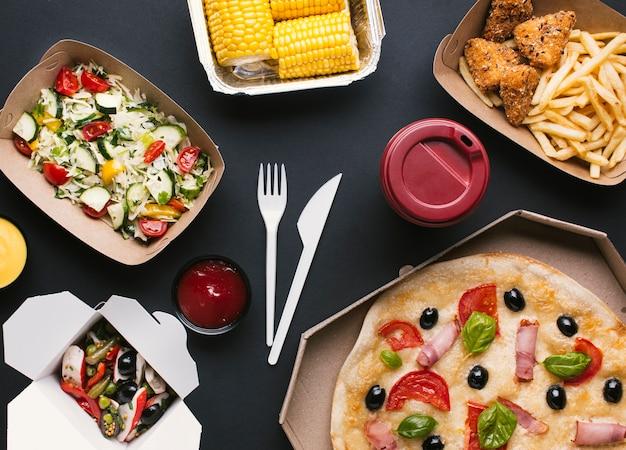 Arranjo de vista superior com comida deliciosa Foto gratuita