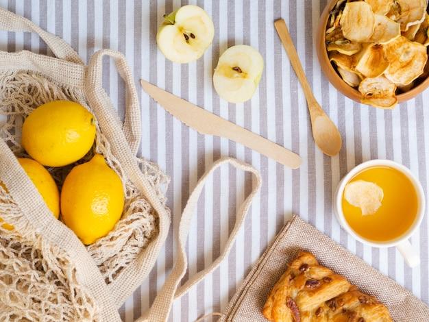 Arranjo de vista superior com frutas e pastelaria Foto gratuita