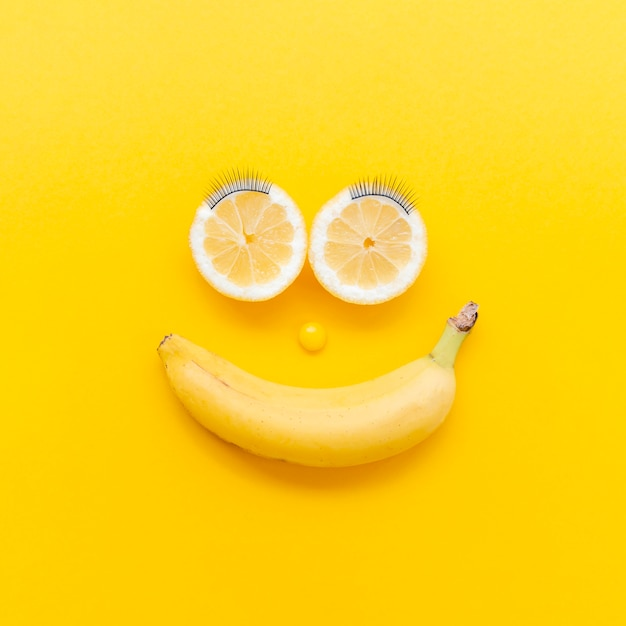 Arranjo de vista superior com frutas Foto gratuita