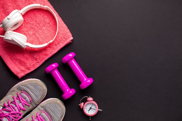 Arranjo de vista superior com itens esportivos rosa Foto gratuita