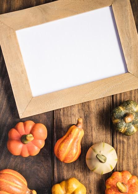 Arranjo de vista superior com legumes e quadro Foto gratuita