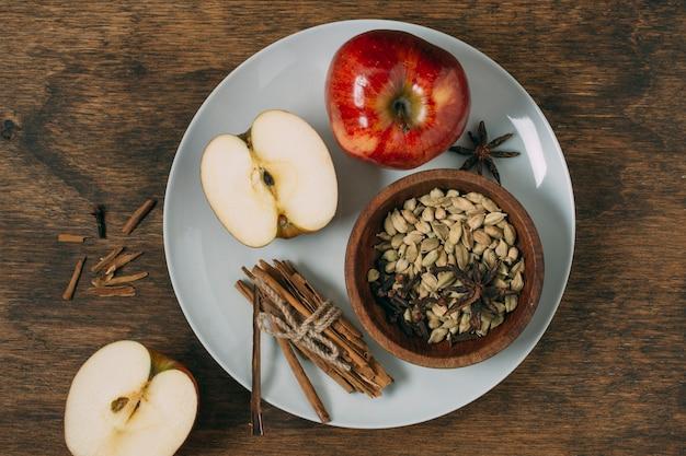 Arranjo de vista superior com maçãs no prato Foto gratuita