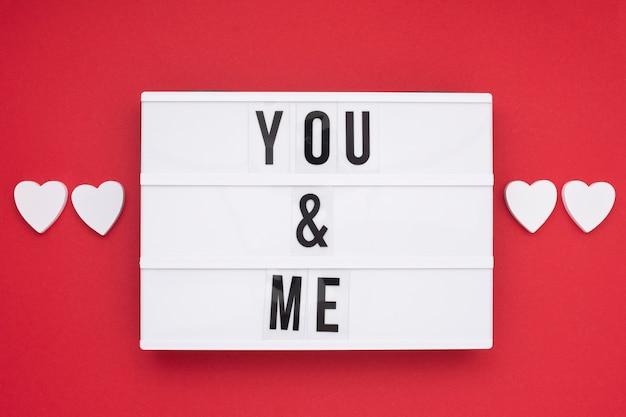 Arranjo de vista superior com mensagem romântica Foto gratuita