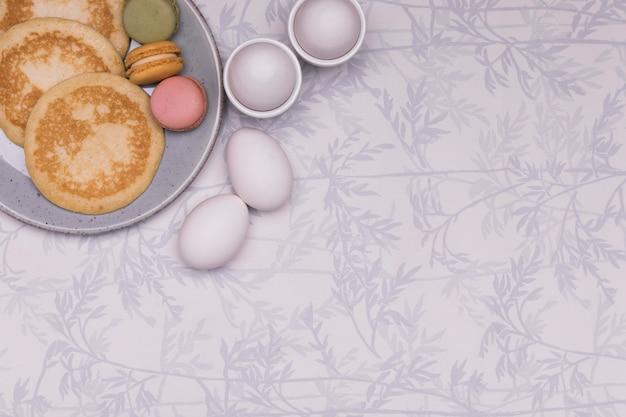 Arranjo de vista superior com ovos e panquecas Foto gratuita