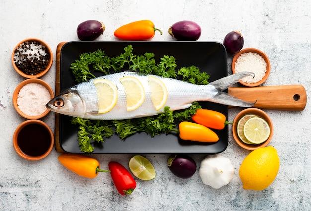 Arranjo de vista superior com peixe e legumes Foto gratuita