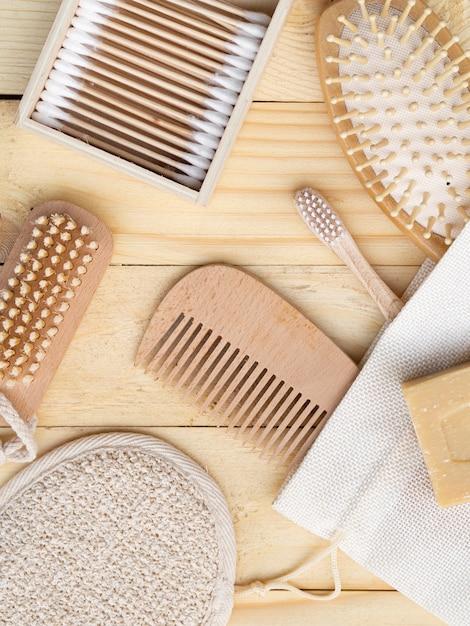Arranjo de vista superior com pente e escova de dente Foto gratuita