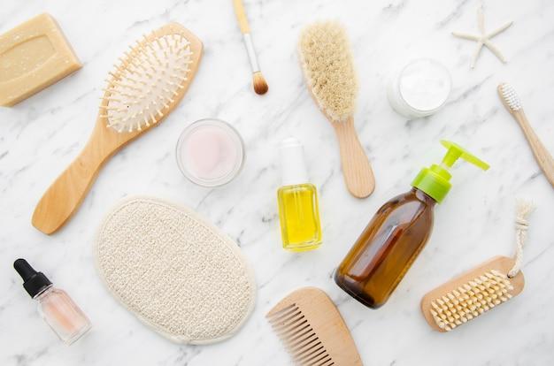 Arranjo de vista superior com produtos cosméticos Foto gratuita
