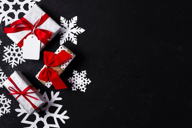 Arranjo de vista superior de diferentes presentes de natal coloridos com espaço de cópia Foto gratuita