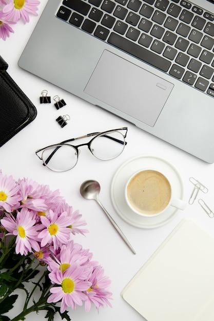 Arranjo estacionário de vista superior na mesa com uma xícara de café Foto gratuita