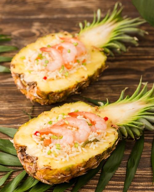 Arranjo exótico com abacaxi e frutos do mar vista alta Foto gratuita