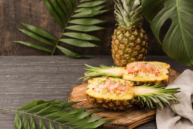 Arranjo exótico com abacaxi e frutos do mar Foto gratuita