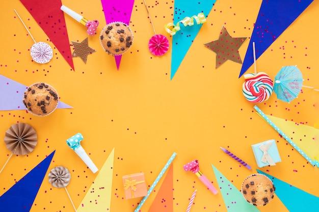 Arranjo festivo leigo plano para festa de aniversário com espaço de cópia Foto gratuita