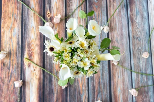 Arranjo floral de callas lilly e gerberas Foto Premium