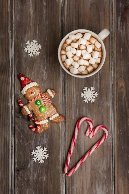 Arranjo liso leigo com homem-biscoito e bebida Foto gratuita
