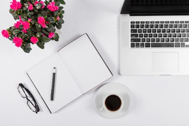 Arranjo minimalista com notebook vazio Foto gratuita
