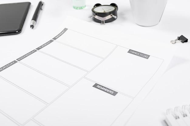Arranjo minimalista de alto ângulo na mesa de escritório Foto gratuita