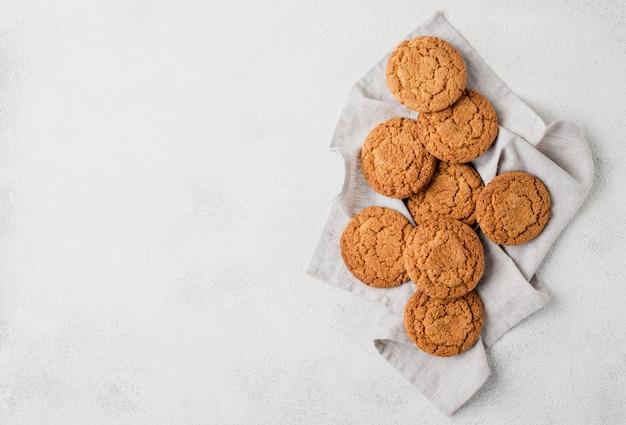 Arranjo minimalista de biscoitos no pano Foto gratuita