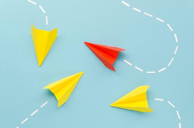 Arranjo para o conceito de individualidade com aviões de papel em fundo azul Foto Premium