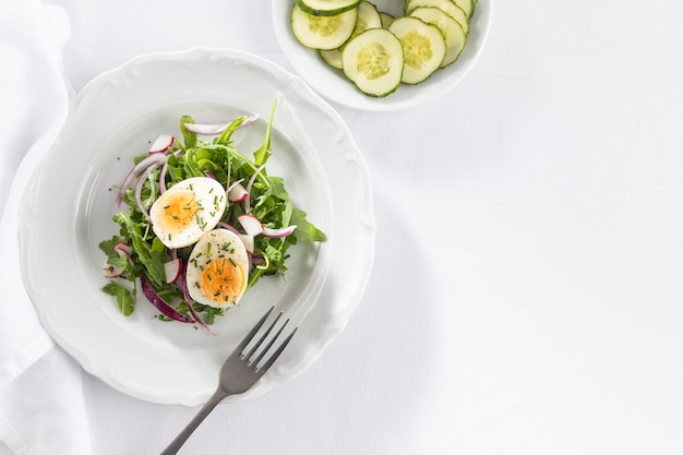 Arranjo plano de saladas frescas Foto gratuita