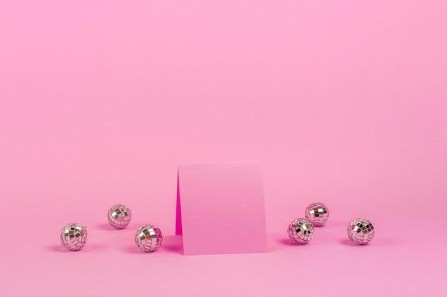 Arranjo quinceañera vista frontal para aniversariante com cartão rosa Foto gratuita