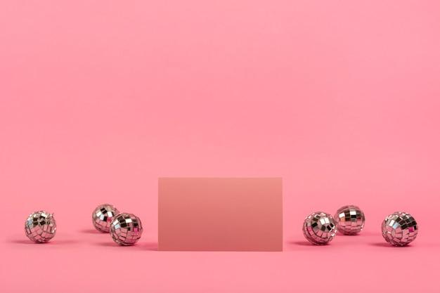 Arranjo quinceañera vista frontal para aniversariante com cartão vermelho Foto gratuita