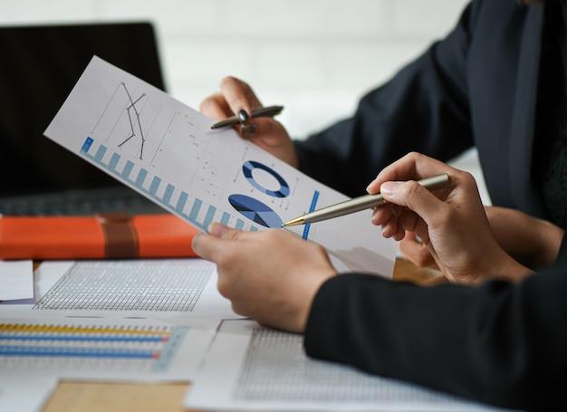 Arranque de conceitos de negócios, a equipe do novo escritório está analisando dados de gráficos. Foto Premium
