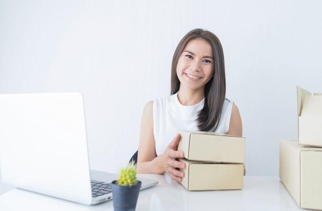 Arranque, pequeno, negócio, empreendedor, sme, ou, freelance mulher, segurando, caixas, trabalhando casa, conceito Foto Premium