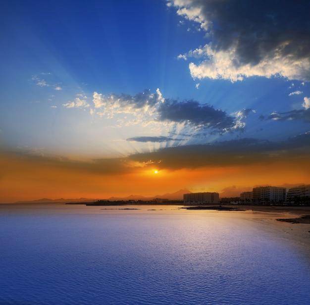 Arrecife lanzarote sunset in reducto beach Foto Premium