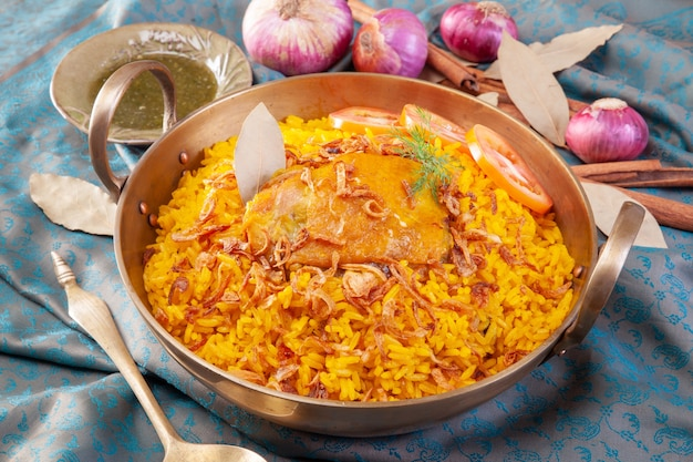 Arroz amarelo com frango ou frango biryani com arroz Foto Premium