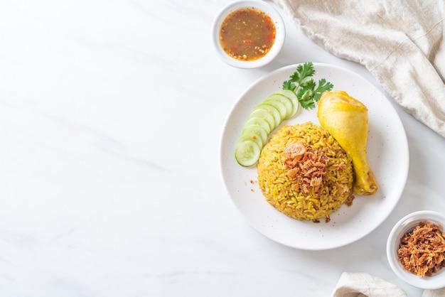 Arroz amarelo muçulmano com frango Foto Premium