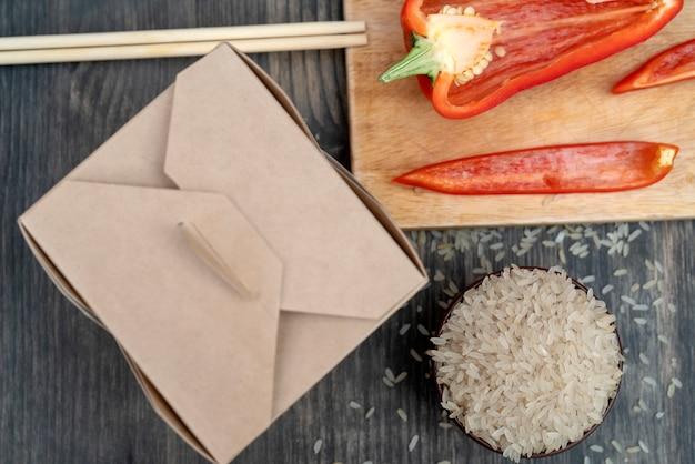 Arroz branco asiático com vegetais em uma caixa de papel. Foto Premium