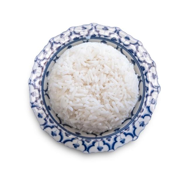 Arroz branco no prato isolado no fundo branco Foto Premium