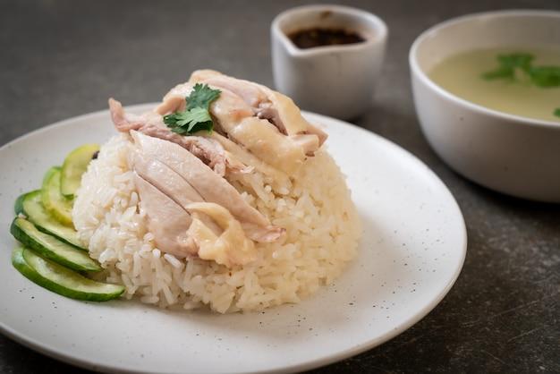 Arroz de frango hainanese ou arroz de frango cozido no vapor Foto Premium