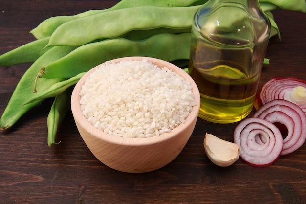 Arroz e ingredientes para risoto Foto Premium
