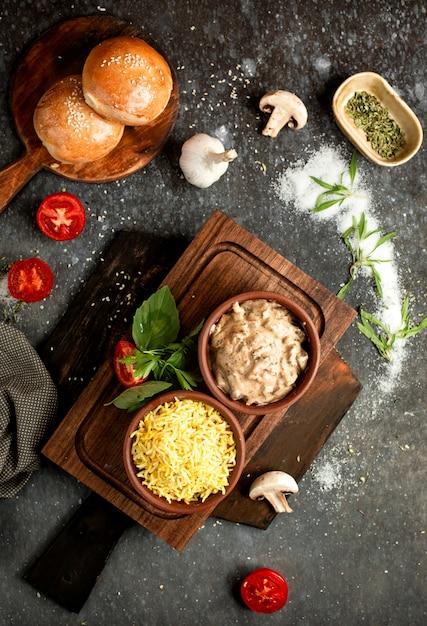 Arroz em cerâmica e cogumelos em molho cremoso Foto gratuita