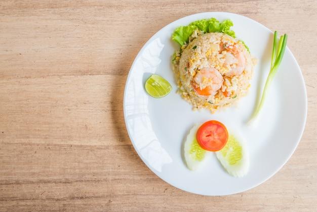 Arroz frito com camarão Foto gratuita