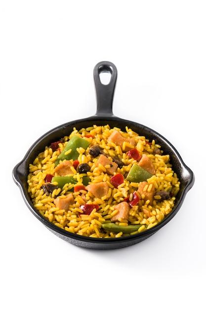 Arroz frito com frango e legumes na frigideira de ferro isolado Foto Premium
