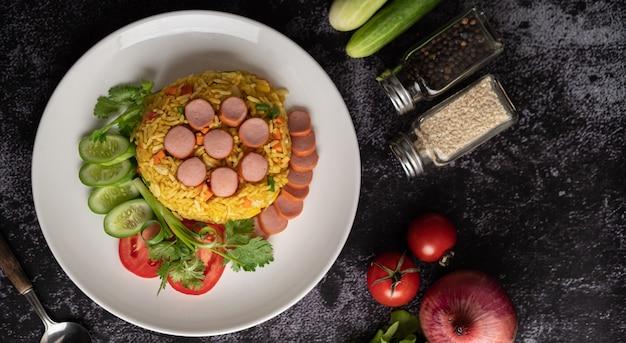 Arroz frito com salsicha com tomate, cenoura e cogumelos shiitake no prato Foto gratuita