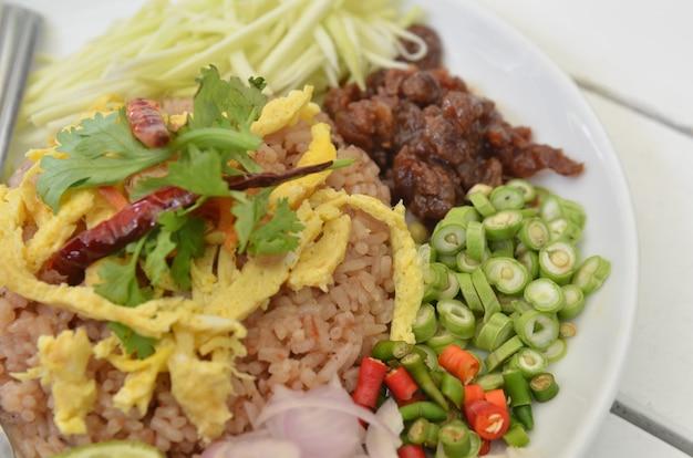 Arroz frito combinado de comida tailandesa com carne de porco e salada para churrasco Foto Premium