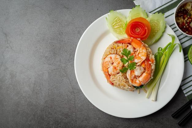 Arroz frito de camarão americano servido com comida tailandesa de molho de peixe de pimenta. Foto gratuita