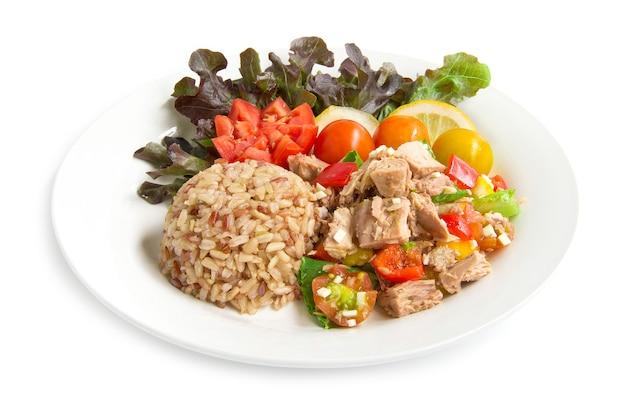 Arroz integral, com, salada atum, claro, molho, alimento saudável, cleanfood, decore, tomate esculpido, fatia limão, e, folha, carvalho vermelho, vista lateral, isolado Foto Premium