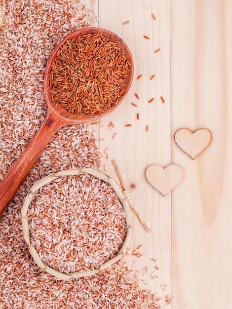 Arroz integral da grão para o alimento saudável e limpo no fundo de madeira. Foto Premium
