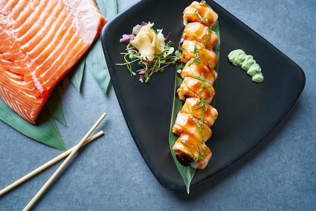 Arroz maki sushi com manga nori foie e cebola doce Foto Premium