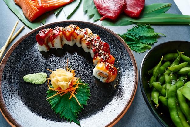 Arroz maki sushi com salmão e atum Foto Premium