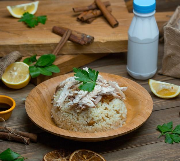 Arroz, salada com ervas e pedaços de filé de frango por cima Foto gratuita