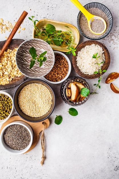 Arroz, sementes de chia, nozes, aveia, trigo mourisco, quinoa, feijões e verdes Foto Premium