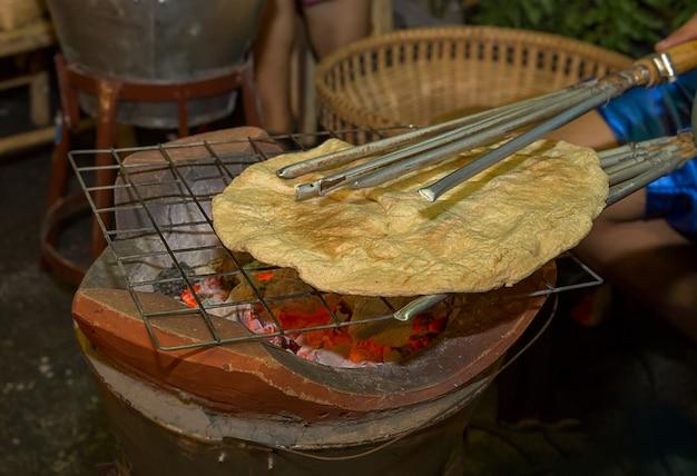 Arroz torrado assado tailandês antigo, snack khao kriap wow Foto Premium