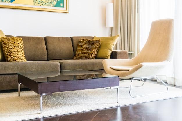 arrumada sala de estar com um sof e uma mesa de madeira